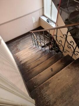 Abbildung Treppenhaus unsaniert