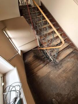 Abbildung 3 Treppenhaus unsaniert